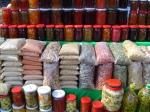 Anadolu köylerde satılan ürünler arasında köy ekmeği, keş, ceviz, köy eriştesi, süt ve süt ürünleri, bakla giller, bal, reçel ve benzeri bir çok doğal köy ürünleri bulunmaktadır. Doğal beslenmeye dikkat edenlerin bu pazarı mutlak gezmesi tavsiye edilr.