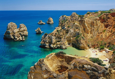 Madeira Adaları, Atlas Okyanusu′nda, Portekiz′e bağli bir özerk bölge olan takımada. 2001 nüfusu 242,603, başkenti Funchal'dır. Toplam 797 km2'dir. Şarabı ünlü, turizmi gelişmiştir. 1625-1630 yılları arasında Madeira Adaları, Portekiz tarafından fetih edilerek, özellikle kuzeye yapılan harekâtları daha iyi destekleyebilmek amacıyla üs olarak kullanılmıştır.